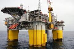 半可沉入水中北部石油平台的海运 库存照片