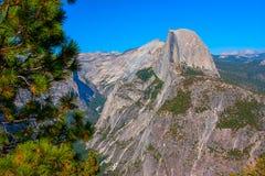半圆顶和优胜美地从冰川的谷视图在夏天指向。 库存照片