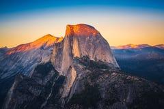 半圆顶日落视图从冰川点的在优胜美地Nationa 免版税库存照片