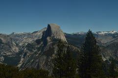 半圆顶的美妙的看法从最高的部分的其中一座优胜美地国家公园山  自然旅行假日 免版税库存照片