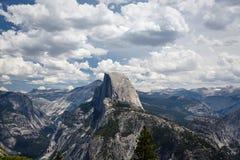 半圆顶,一座非常高山,在其余在美好的山风景的山上上升在优胜美地国家公园 免版税库存图片