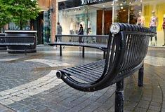 半圈子形状的钢长凳在温莎 免版税图库摄影