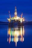 半在日出期间的能潜航抽油装置在Cromarty峡湾 库存图片