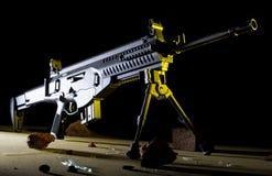 半在黑暗的背景的自动步枪 免版税库存照片