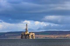 半在Cromarty峡湾的能潜航抽油装置在Invergordon 库存照片