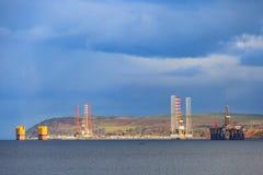 半在Cromarty峡湾的能潜航抽油装置在Invergordon 免版税库存图片