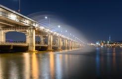 半坡桥梁彩虹喷泉在汉城,韩国 库存照片