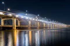 半坡桥梁彩虹喷泉在汉城,韩国 免版税库存图片