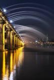 半坡桥梁彩虹喷泉 免版税库存照片