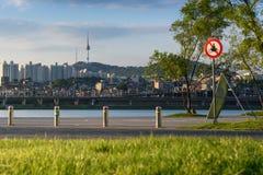 半坡Hangang公园和汉城塔在汉城,韩国 免版税库存图片