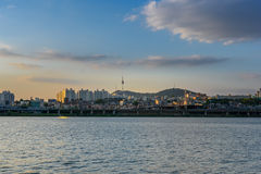 半坡Hangang公园和汉城塔在汉城,韩国 库存照片
