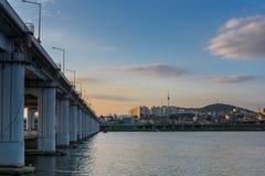 半坡Hangang公园和汉城塔在汉城,韩国 免版税库存照片
