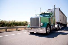 半大有大块拖车的船具有吸引力的绿色卡车 库存图片