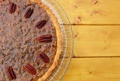 半山核桃饼在一块玻璃板服务 免版税库存照片
