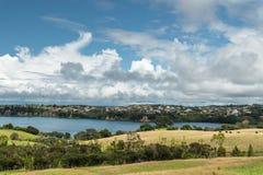 半岛、奥克兰大区、Whangaparaoa、新西兰、美好的海景和多云天空 库存图片