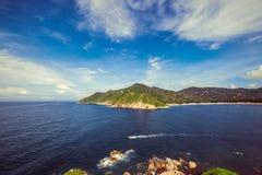 半岛的美丽的山由海湾的 免版税库存图片