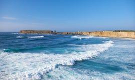 半岛Papoa - Peniche在有Atlan波浪的莱利亚区  免版税库存图片