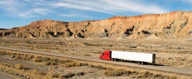 半拖车持久18轮车大船具红色卡车 库存照片