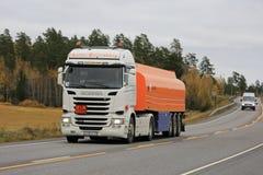 半斯科讷在交通中的燃料罐车 图库摄影