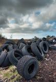 半新和被放弃的车胎风景 图库摄影