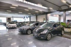 半新车和新的意大利汽车的售车行 库存照片