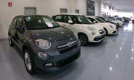 半新车和新的意大利汽车的售车行 库存图片