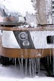 半有雪和冰柱的卡车细节  免版税库存照片