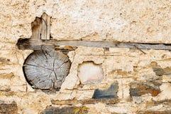 半木料半灰泥和被猛撞的地球门面细节  库存图片