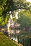 半木料半灰泥的从史特拉斯堡看见的房子和运河法国 免版税库存图片