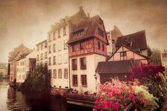 半木料半灰泥的从史特拉斯堡看见的房子和运河法国 免版税库存照片