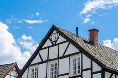 半木料半灰泥的房子山墙特写镜头  库存图片