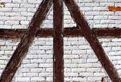 半木料半灰泥的房子的砖墙 库存图片