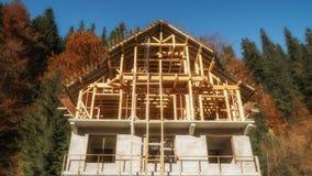 半木料半灰泥的房子建设中 免版税库存照片
