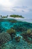 半海岛和礁石水下的场面  免版税图库摄影