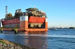 半潜水型的重的超结构推力船设计移动在鹿特丹港的近海油和煤气设施  免版税库存图片