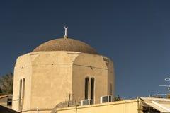 半球形的屋顶和塔在罗得岛老镇 库存图片