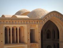 半球状屋顶、曲拱和伊朗宫殿有柱大阳台  免版税库存图片