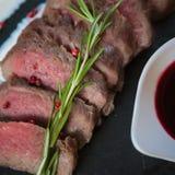 半生半熟煮熟的烤肋条肉 免版税库存图片