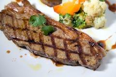 半生半熟里脊肉牛排的部分 免版税库存图片