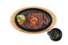 半生半熟wagyu牛排顶部被隔绝的顶视图与剁碎在热板和木板材的红萝卜服务用土豆沙拉 免版税图库摄影