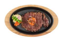 半生半熟wagyu牛排顶部被隔绝的顶视图与剁碎在热板木板材的红萝卜服务用土豆沙拉 免版税库存图片