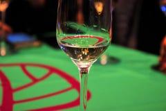 半空的玻璃用白葡萄酒 库存图片