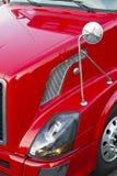 半红色卡车敞篷、顶头光、镜子和轮子 免版税库存照片