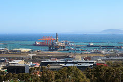 半能潜航凿岩机和钻井船在造船厂 免版税库存照片