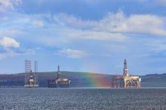 半能潜航抽油装置和彩虹在Cromarty峡湾在Invergordon 免版税图库摄影