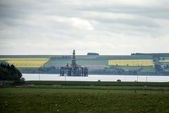 半能潜航抽油装置领域近海处在因弗内斯Invergordon苏格兰之间 免版税库存照片