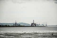 半能潜航抽油装置领域近海处在因弗内斯Invergordon苏格兰2之间 库存照片