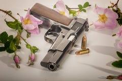 半自动手枪-供住宿在玫瑰之间-弹药 免版税图库摄影