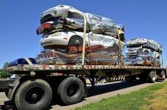半落后用被击碎的汽车装载 免版税库存图片