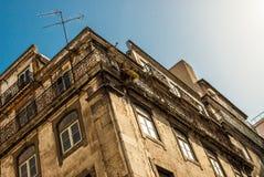 半被放弃的大厦屋顶在里斯本,葡萄牙2015年7月 库存图片